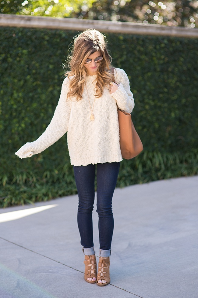 Brighton Keller styling spring light oversized sweater and dark jeans with cognac sandals